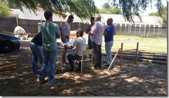 Representantes del Consejo Escolar y funcionarios municipales recorrieron el predio donde se construye y hablaron con la empresa que realizará la construcción