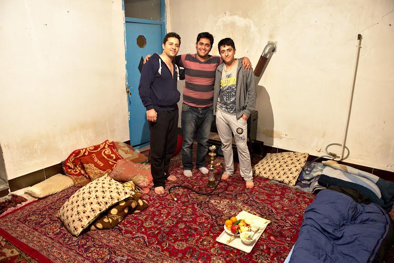 Trei iranieni, un bec schimbat si o narghilea.