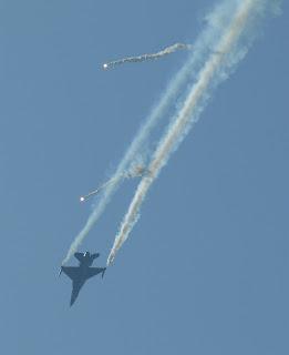 F16 z odpalonymi flarami