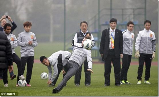 david beckham terjengkang saat menendang bola 03