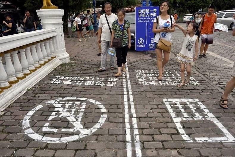 cellphone-sidewalk-chongqing-5