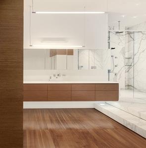 Baño de lujo con marmol y madera