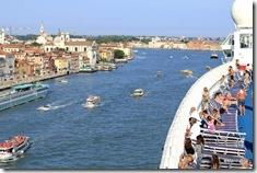 Durante a partida, os vaporettos são formiguinhas perto do nosso gigante Navio... Adeus Veneza!