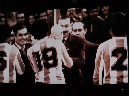 31. Dictatorul argentinian ofera Cupa Mondiala echipei Argentinei - 1978.JPG