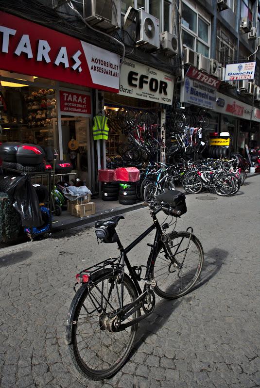 Cautand magazine de bicicleta.
