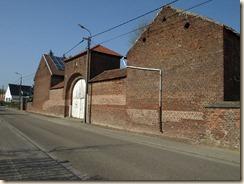 Wezeren, Wezerenstraat: monumentale poort van een vierkantshoeve. Verzekeringsschildje links boven de poort