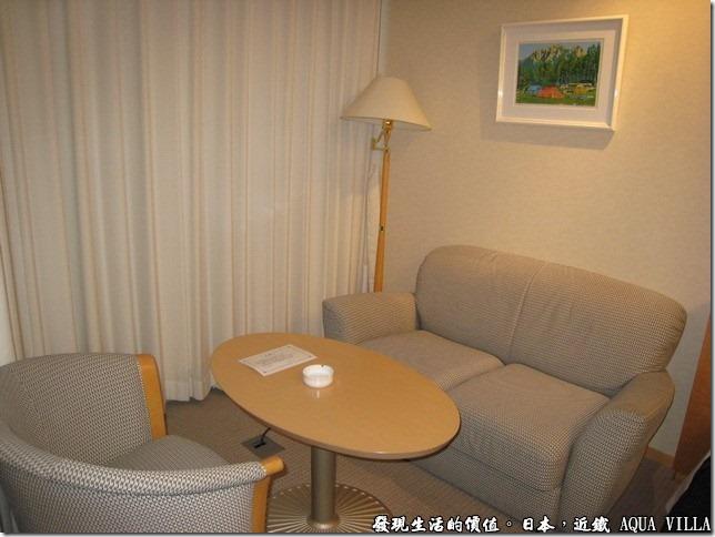 日本伊勢志摩市的近鐵水上別墅飯店(Hotel Kintetsu Aquavilla Ise-Shima),在台邊還有個小沙發及茶几,可以在這裡邊喝茶邊看外邊的風景。