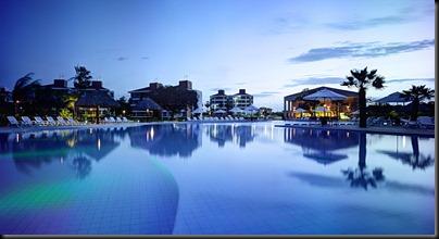 Foto noturna das piscinas