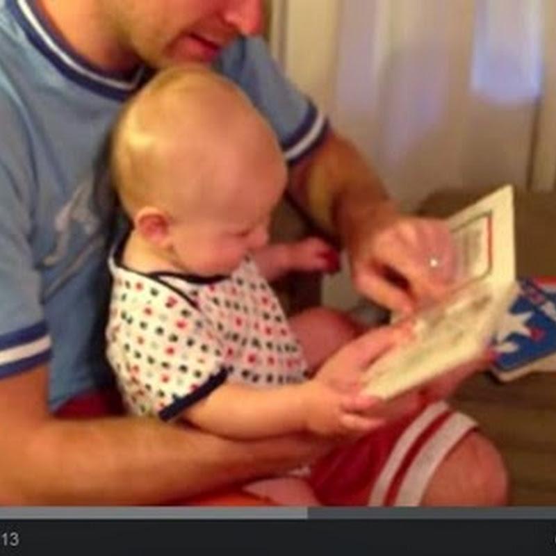 Μωρό ανακαλύπτει ένα  ξεκαρδιστικό  βιβλίο