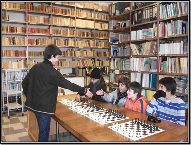 O Miguel, nosso campeão distrital de sub16, realizou hoje uma simultânea na Escola Secundária José Falcão, em Coimbra, onde defrontou alguns alunos no núcleo de xadrez recentemente criado naquela escola