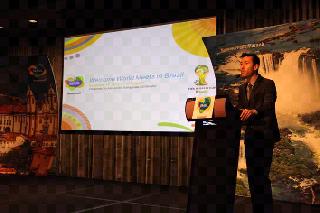 O coordenador-geral do Mercado Americano da Embratur, Alexandre Nakagawa, durante apresentação em Los Angeles.