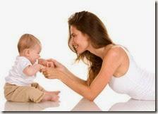 Una bambino con la madre