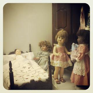 Muñecas antiguos. Cama, bebé, armario, niñas y criada. Can Prunera. Sóller para niños. No sólo comen y duermen