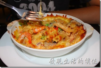 台東-愛上台東義大利餐廳。明太子奶蝦焗麵。滿滿的蝦子,身體已經去殼,喜歡吃下子的朋友不可以錯過,鮮蝦與明太子在嘴裡跳動的感覺,配上筆管麵的軟Q,讓人有吃到蝦子的滿足感,還有吃到面條的飽足感。