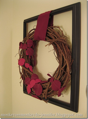 framed wreath with felt garland #easyfeltwreath #redwreath