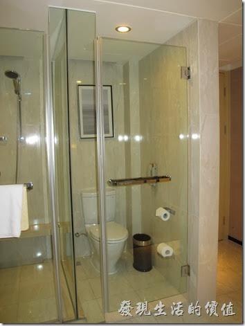 上海-齊魯萬怡酒店。高樓層的房型還有個特點,就是洗手間及淋浴間就在入口處,有點不太安全的感覺,而且沒有浴缸,但有乾濕分離的淋浴間。