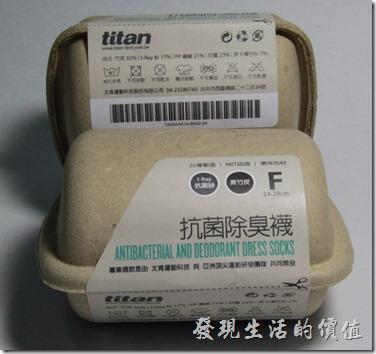 打開這次的「抗菌除臭襪」後,發現它還是保持titan一貫輕巧的環保紙盒包裝,打開紙盒後一張「台灣製」的紙卡滑落下來,這張MIT的紙卡現在可是產品品質的保證呢!另外發現襪子用一條繡有Titan字樣的鬆緊帶綁著,這條鬆緊帶的質感還不錯,可以拿來收納物品,也可以套到手上當裝飾,拿來當運動護腕好像有點太小。XD!