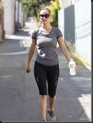 u1iw_jennifer-lawrence-cameltoe-yoga-pants-0809-11-675x900