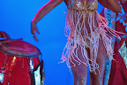 Las 'vedettes', las bailarinas principales de las comparsas, generalmente morenas de esculturales cuerpos, bailan justo por delante de la 'cuerda' de tambores, que llega a superar los cien tamborileros / Foto: Leonardo Correa y Anibal Bogliaccini.