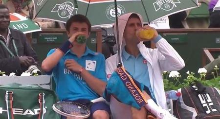 Djokovic invitó a recogepelotas a sentarse con él
