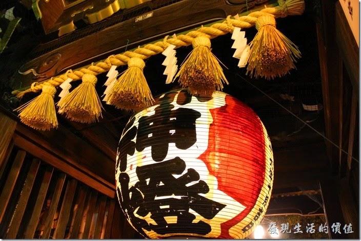 日本北九州-祇園櫛田神社。從這個角度看這門口的「御神燈」還真是大。