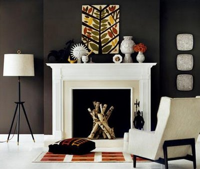 An orange-tiled rug and bone-white wall hangings add subtle seasonal spook. (www.decorpad.com)