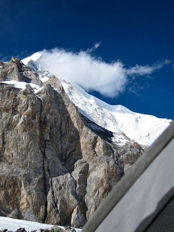 Iar de oriunde se vede deasupra piramida Khan Tengri-ului, ridicandu-se 3000 de metri deasura cortului.