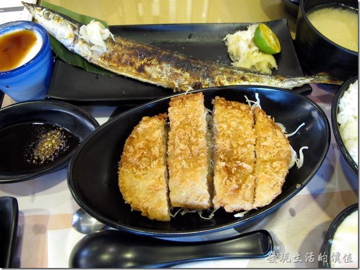 台南-定食8日式料理。風味雙盛定食,NT$180。主菜是香烤秋刀魚以及酥炸小里肌,秋刀魚的油脂還可以,小里肌也酥炸得有一定水準。老實說NT$180還蠻划算的。附餐有漬物、茶碗蒸、味噌湯及甜點等。