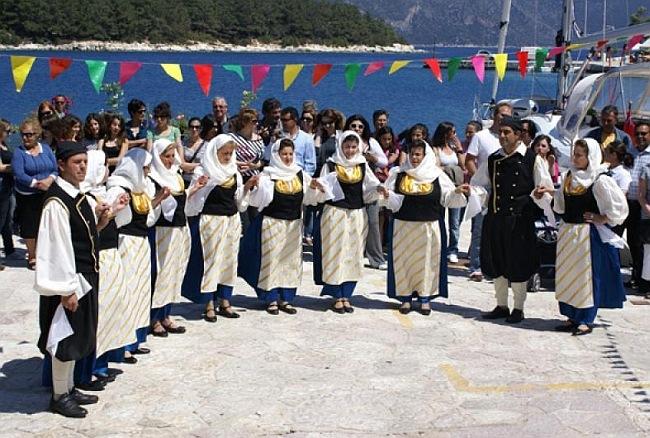 Ελληνική βραδιά, με φαγητό και χορό στην Έρισο, από τον σύλλογο «Φάρος» (4-8-2012)