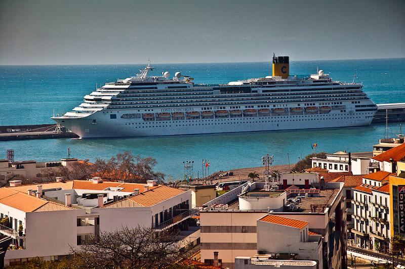 День пятый. Фуншал. Costa Concordia. Мадейра. Круиз. Последнее фото из кабинки на Конкордию и айда гулять по улочкам воскресного города.