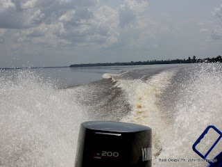 Moteur  hors bord  d'une pirogue flottant sur le fleuve Congo. Radio Okapi/ Ph. John Bompengo
