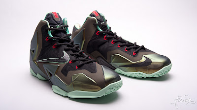 nike lebron 11 gr parachute gold 3 06 kings pride Nike LeBron XI Kings Pride   Detailed Look & Package
