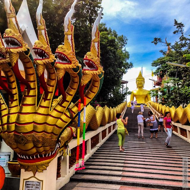 8. 2555. Таиланд. Патайя. Храм Будды. Thailand. Pattaya. Buddha temple. Ну можно и в верх стремится, сделать подношение своему Будде.