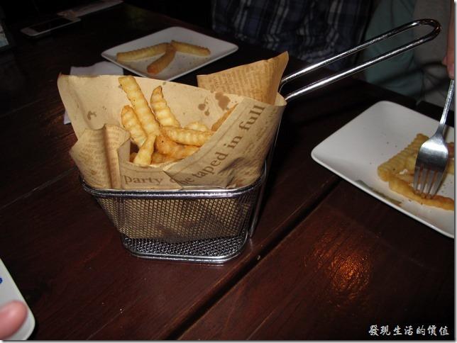 屏東墾丁-冒煙的喬。炸薯條!這是應兩位公子要求點的,似乎一定要為他們點這種垃圾食物,他們才願意吃! 只能嘆氣。不過這裝薯條的餐具還真給它特別,好像是下油鍋的網杓喔!