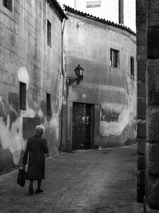 Anciana en la Vieja Calle