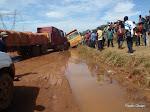 Des camions chargés des minerais bloqués sur la route de Kolwezi dans la province du Katanga/RDC, 11/03/2011.