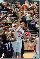 日本隊桂葵在亂軍中抓下籃板球
