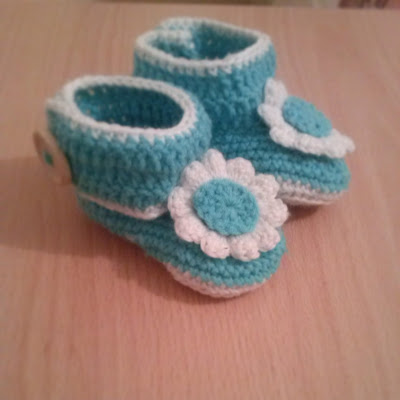 Free Crochet Pattern For Wrap Around Baby Booties : The Zen Crocheter: Wrap around baby booties and a quick hat.