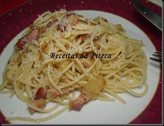 Linguine com bacon e azeitonas
