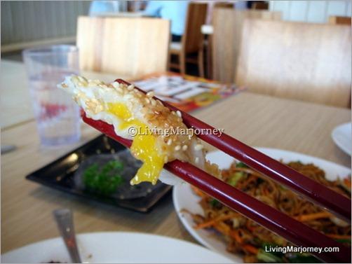 Deep-fried Mango 'N' Prawn Roll
