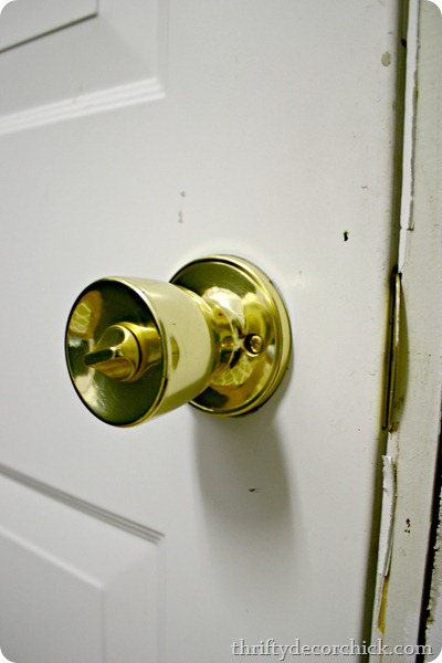 how to spray paint brass door knobs from thrifty decor chick. Black Bedroom Furniture Sets. Home Design Ideas