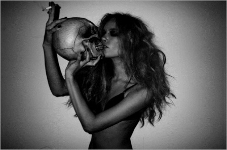 black-and-white-cigarette-grace-small-kiss-skull-woman-Favim.com-66601