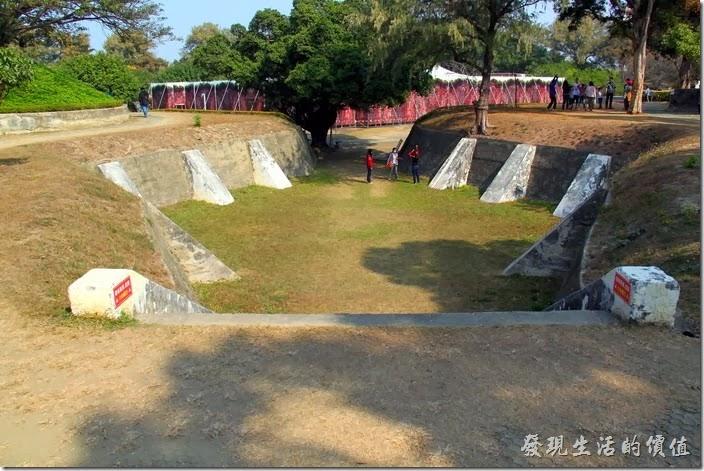 台南-億載金城。億載金城基地的四個角落採用了「四隅凸出」之陵堡式砲台的基本樣式設計。