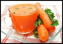 10585085-jugo-de-zanahoria-perejil-y-zanahorias-frescas