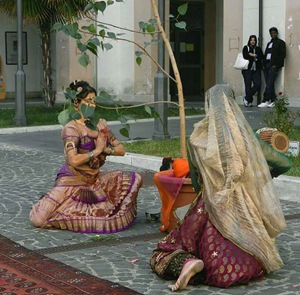 Albero donato e le danzatrici prima della messa a dimora