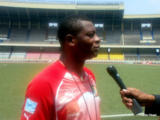 François Oman Biyik, entraîneur adjoint du Cameroun, au cours d'une séance d'entraînement au stade des Martyrs (Kinshasa), le 06/10/2011.