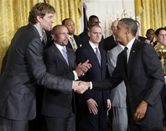barak-obama-saluted-dirk-nowitzki