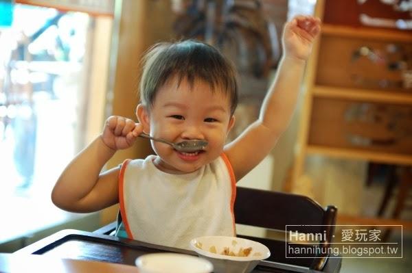 小孩吃飯照