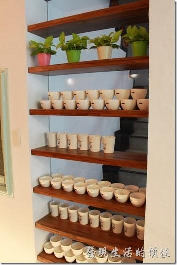 台南-mumu小客廳早午餐。大量利用穿透式的置物架來區隔空間,上面也可以擺放一些裝飾品。