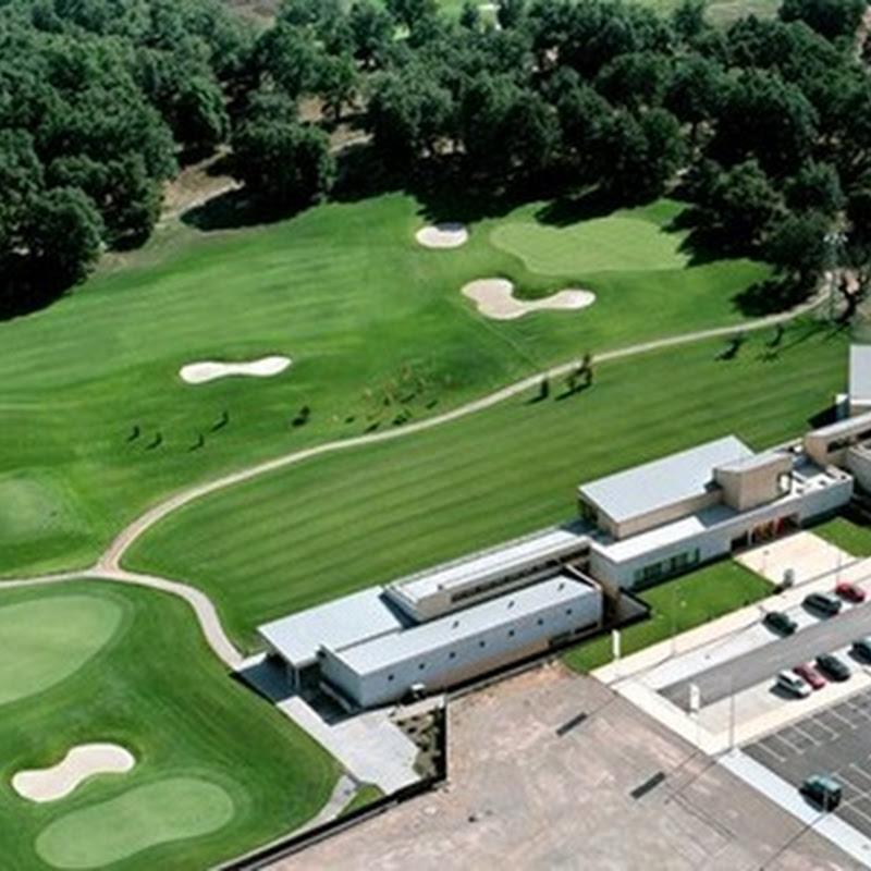 Sistema para climatizar campos de golf utilizando energías renovables médiate paneles solares